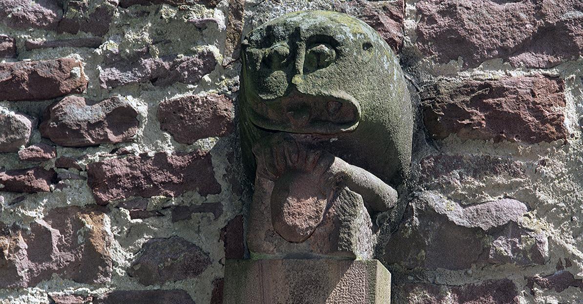 Skulptur eines Löwen- oder Drachenkopfs am Treppenturm der Burgfeste Dilsberg; Foto: Landesmedienzentrum Baden-Württemberg, Steffen Hauswirth