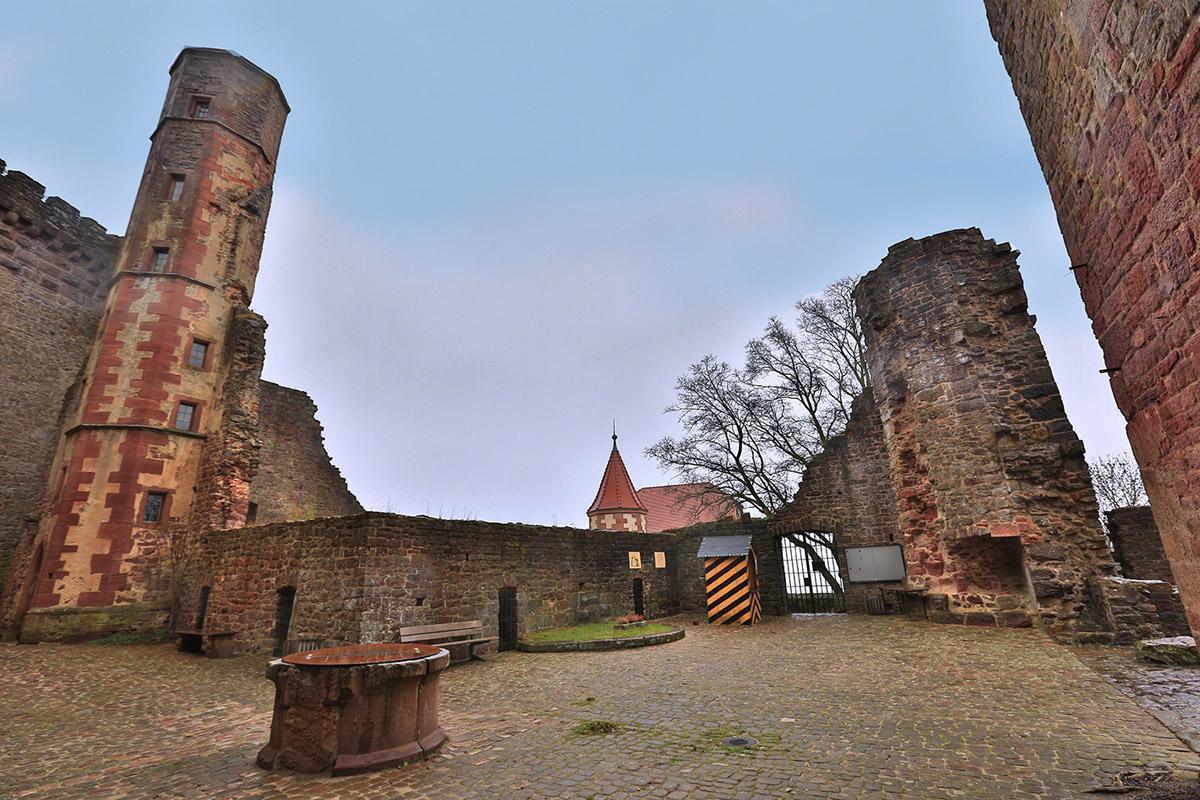 Hof der Hauptburg der Burgfeste Dilsberg; Foto: Staatliche Schlösser und Gärten Baden-Württemberg, Markus Schwerer