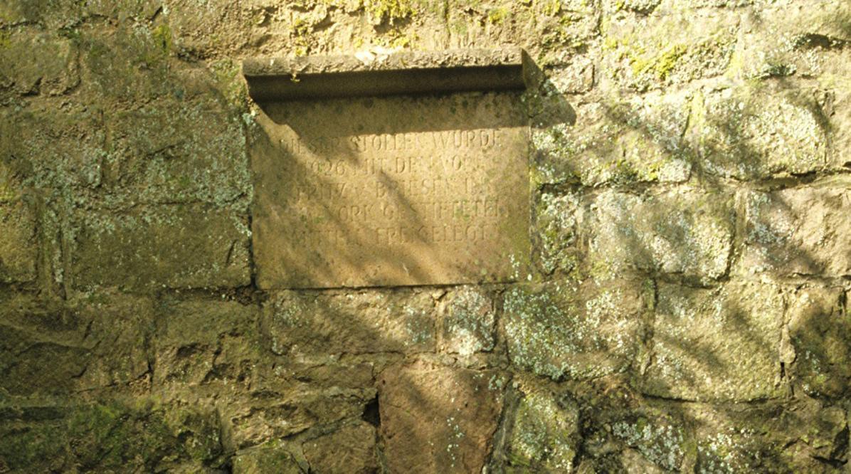 Gedenktafel am Eingang zum Brunnenstollen der Burgfeste Dilsberg; Foto: Landesmedienzentrum Baden-Württemberg, Arnim Weischer