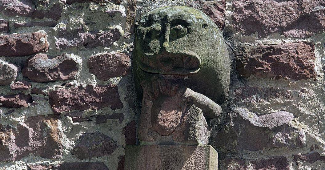 Skulptur eines Löwen- oder Drachenkopfs am Treppenturm der Burgfeste Dilsberg