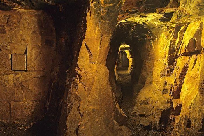 Blick durch den Brunnenstollen der Burgfest Dilsberg