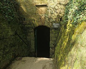 Eingang zum Brunnenstollen der Burgfeste Dilsberg