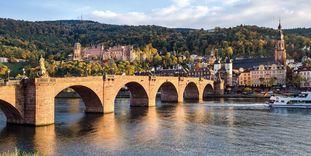 Blick auf Schloss Heidelberg mit der Alten Brücke im Vordergrund