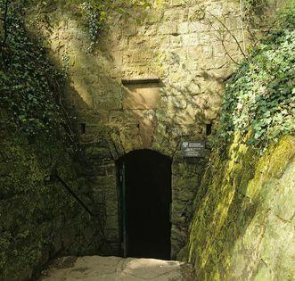 Eingang zum Brunnenstollen der Burgfeste Dilsberg; Foto: Landesmedienzentrum Baden-Württemberg, Arnim Weischer