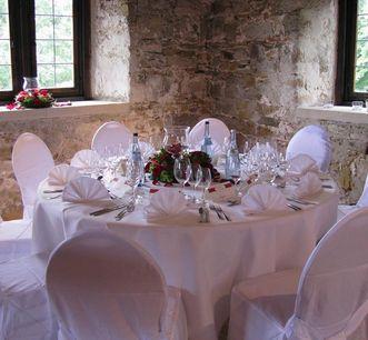 Festlich gedeckter Tisch in der Burg; Foto: Staatliche Schlösser und Gärten Baden-Württemberg, Gottwik
